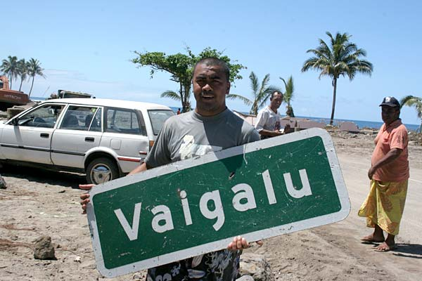Vaalele Eti with the sign to the village of Vaigalu