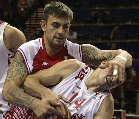 Mario Kasun (left) of Croatia fights for ball with Aleksey Zozulin  of Russia during their FIBA Eurobasket 2009 5th to 8th place game in Katowice.