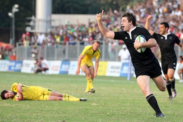 New Zealand's Kurt Baker runs in the matchwinning try to beat Australia in the Sevens final at the Delhi Commonwealth Games.