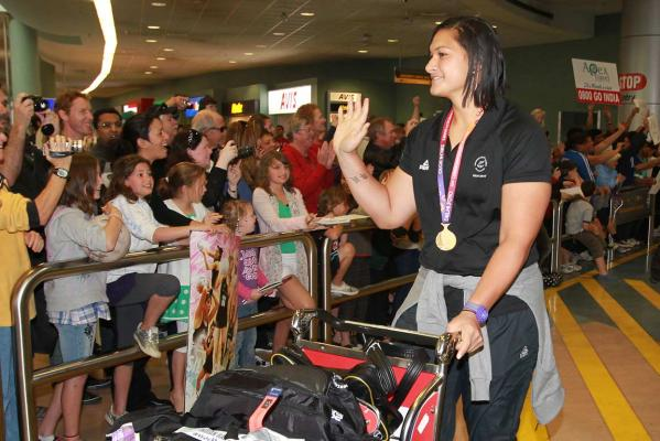 Valerie Adams waves to the crowd at Auckland airport to welcome her and other members of the New Zealand team on their return from the Delhi Commonwealth Games.