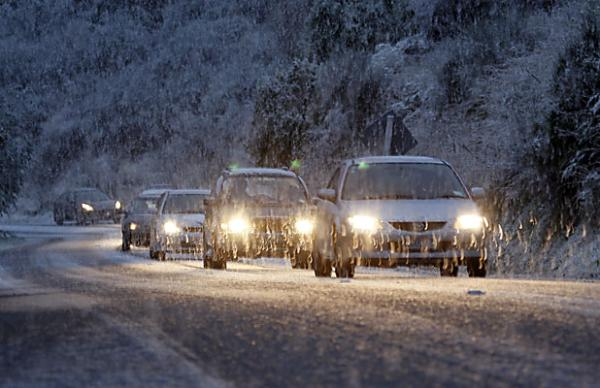 Dyers Pass Rd cars in snow