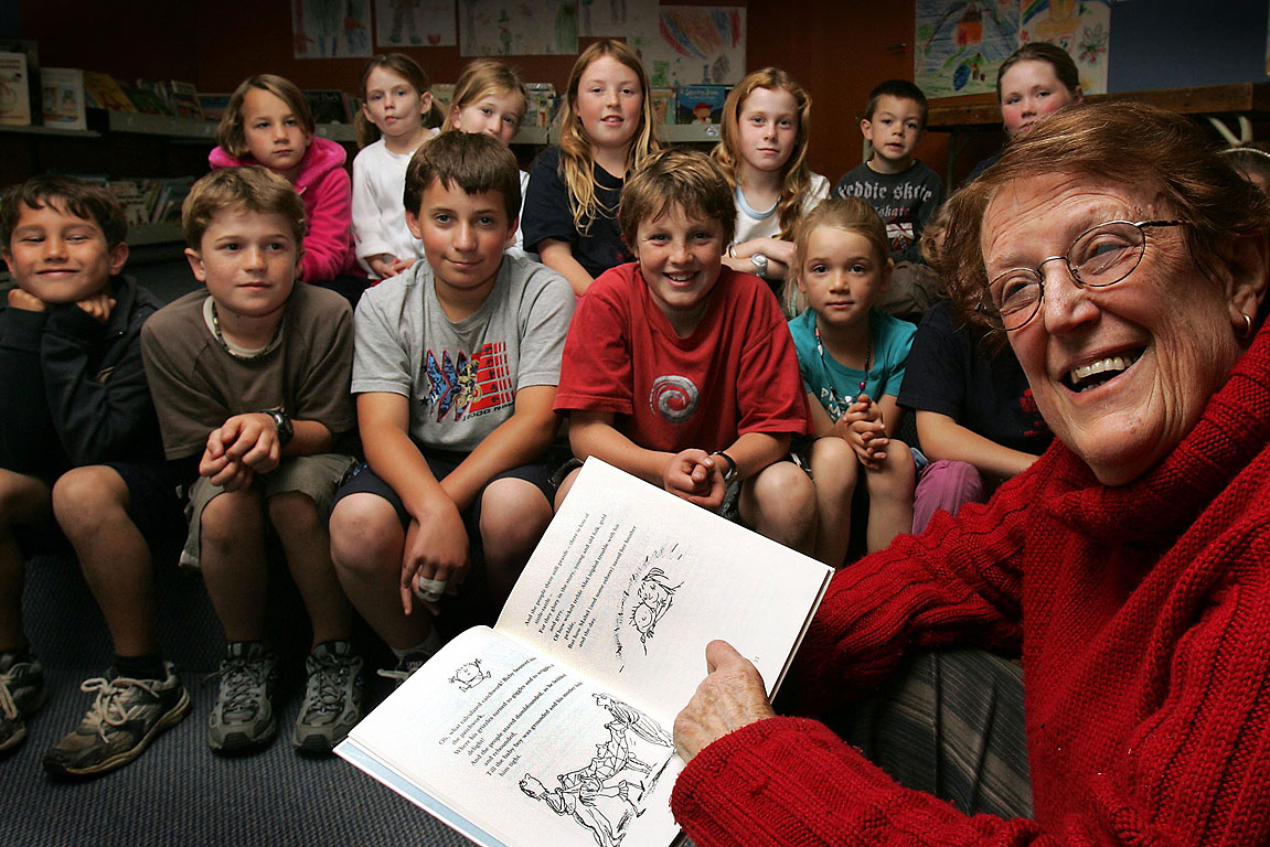Margaret Mahy reads a story to kids from Governors Bay School in 2006.