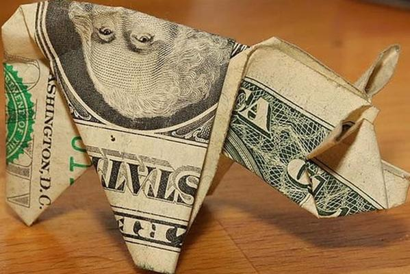 A US man paid a parking fine with dollar bills folded into the shape of pigs.