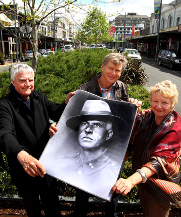 Arts advocate Hamish Keith, Gallipoli historian Richard Stowers and former Hamilton mayor Margaret Evans display a photo of Gallipoli hero Horace Moore-Jones