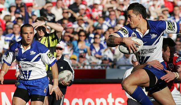 Sonny Bill Williams sets up Hazem El Masri to score a try for the Bulldogs