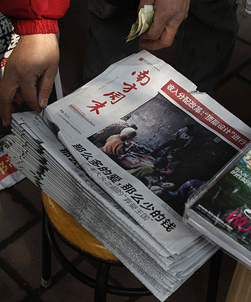 CENSORSHIP FIGHT: A vendor checks a stack of Southern Weekly at a newstand near the newspaper's office in southern Chinese city of Guangzhou.