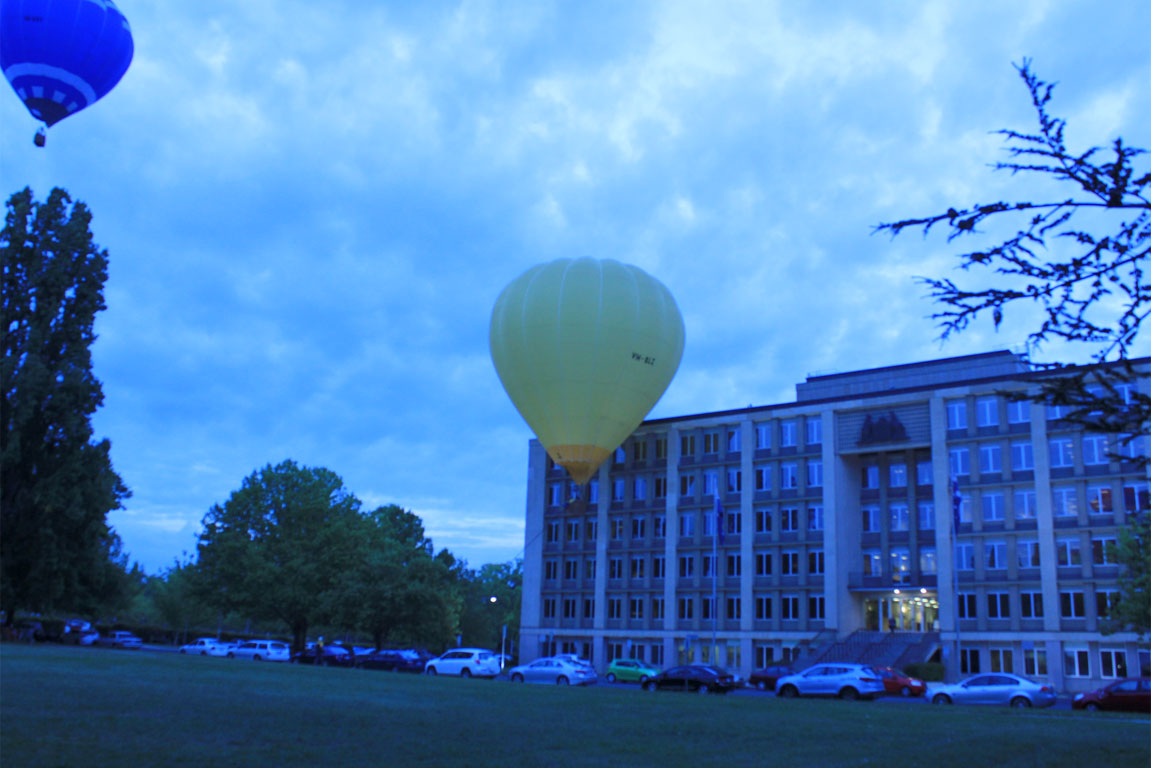 Balloon crashes into Treasury Building