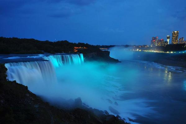 Niagara Falls turns blue to celebrate the arrival of the royal baby.