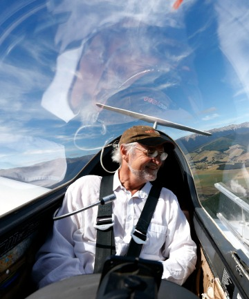 Nelson Gliding Club instructor Frank Saxton