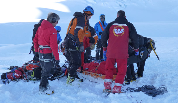 Westpac rescue team on Mt Cook retrieving dead Australian soldier