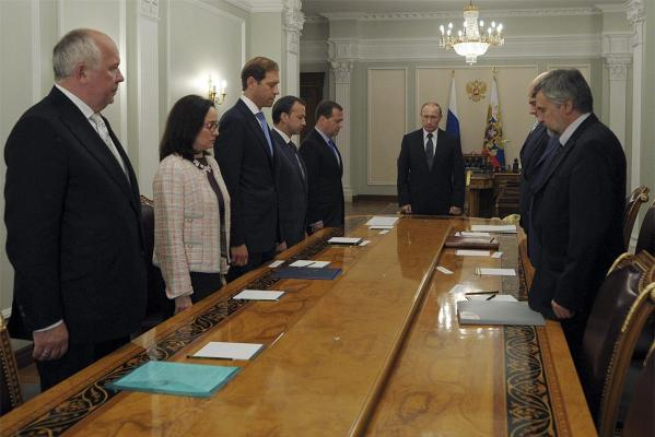 Russian President Vladimir Putin and other high-ranked officials observe a minute's silence for victims of the Malaysia Airlines plane crash.