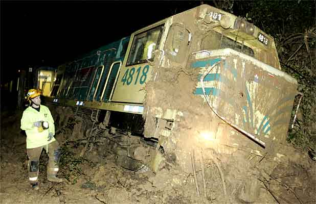 : About 300 train passengers were stranded in a tunnel after a train's locomotive ploughed into a wall of mud and debris and derailed, north of Upper Hutt.