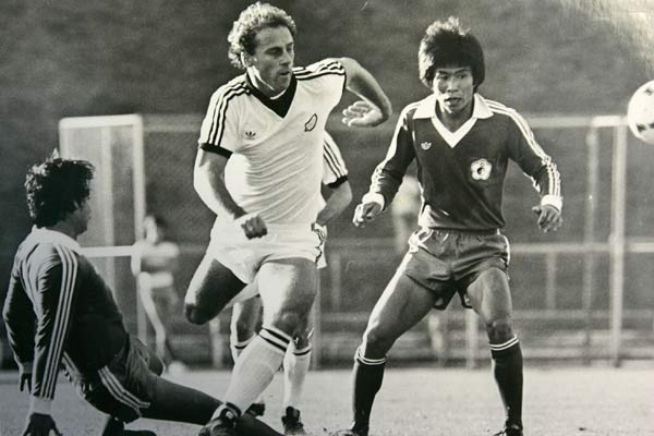 New Zealand's Duncan Cole gets between two defenders during a qualifying match against Taiwan for the 1982 World Cup.