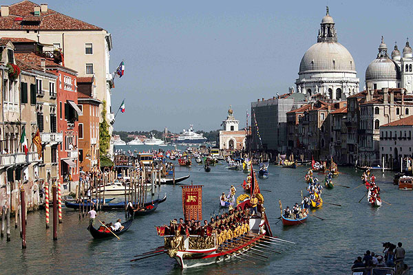WATER WONDERLAND: The 'Regata Storica' (historical regatta) moves from the Doge's palace to the Rialto bridge in Venice.