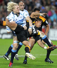Dewald Potgieter tackles Chiefs' Tim Nanai-Williams