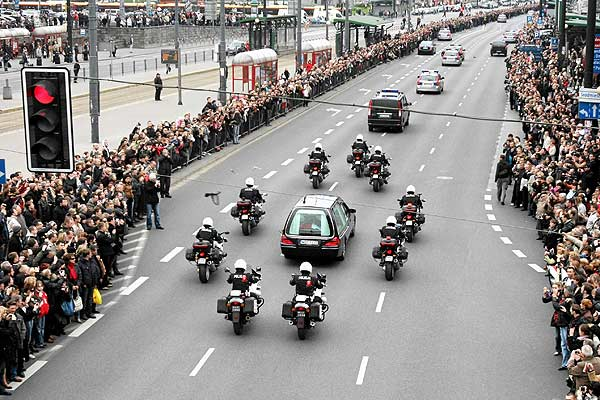 NATION MOURNS: People look on as a motorcade bearing the coffin of the late Polish President Lech Kaczynski drives through downtown Warsaw.