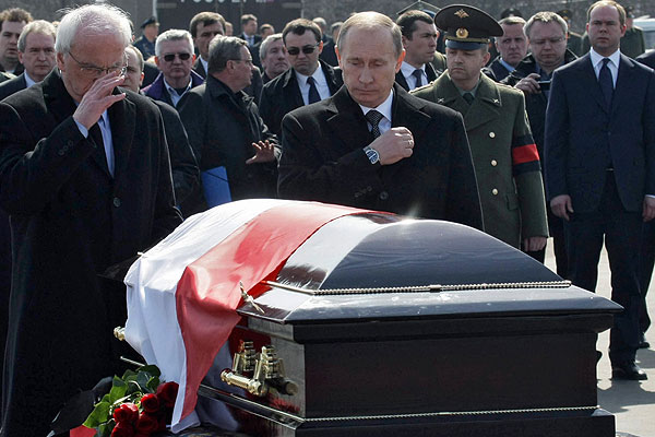 Putin at kaczynski's coffin