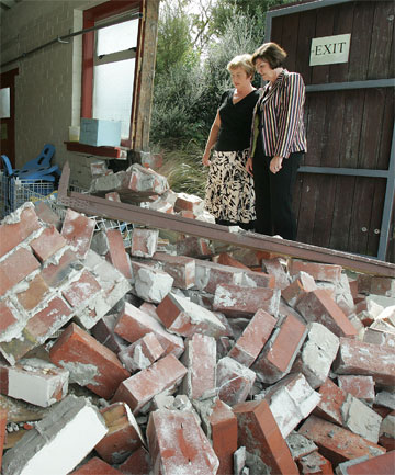 Anne Tolley inspects earthquake damage