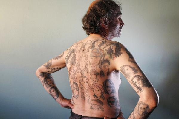 Miljenko Parserisas Bukovic displays some of his 82 tattoos of US actress Julia Roberts during a photo-shoot in Valparaiso city in 2011.