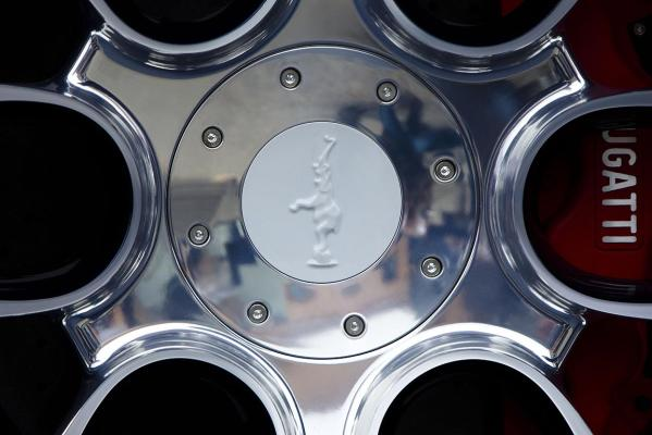 The porcelain application on a wheel of a unique version of a Bugatti Veyron Grand Sport L'Or Blanc.