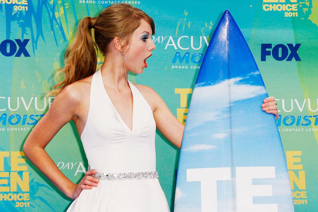 LET'S GO SURFING NOW: Singer Taylor Swift poses in the press room with her award backstage at the Teen Choice Awards in Los Angeles.