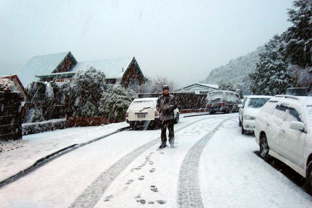 Heavy snow falls on Monday in Ngaio.
