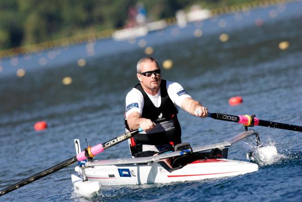 New Zealand adaptive single sculler Danny McBride on the way to winning his heat.
