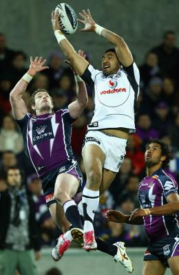 Warriors centre Krisnan Inu beats Melbourne's Anthony Quinn to claim a high ball.