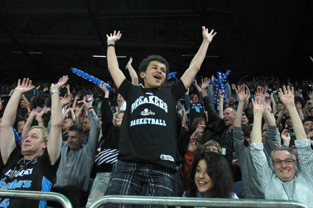 In a New Zealand basketball record crowd 6383 filled Vector Arena to watch the Breakers and Kings.