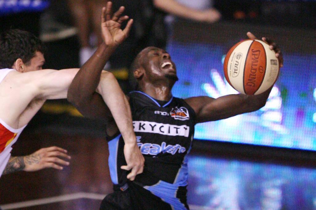Breakers guard Cedric Jackson gets caught by Tigers centre Tim Lang.