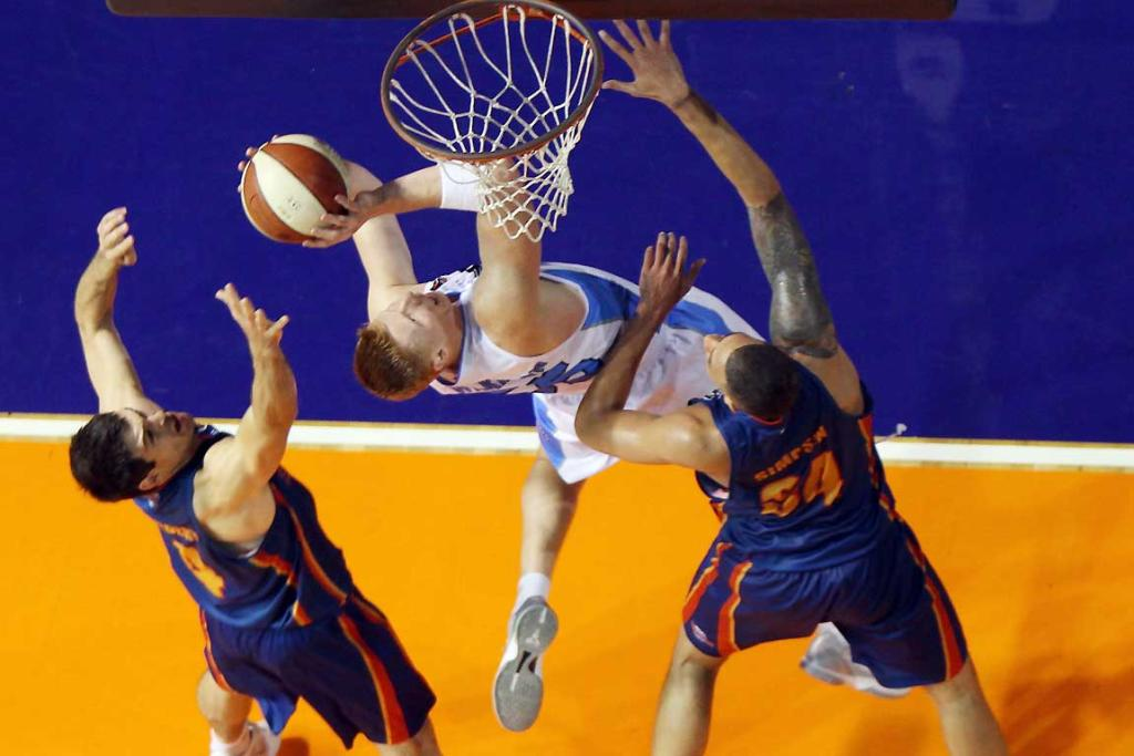 Gary Wilkinson of the Breakers reaches for the basket against the Adelaide 36ers.