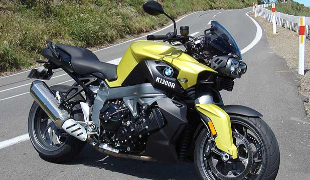 BMW K1300R: The fork and shroud design makes the Bavarian look as if it has already been biffed.