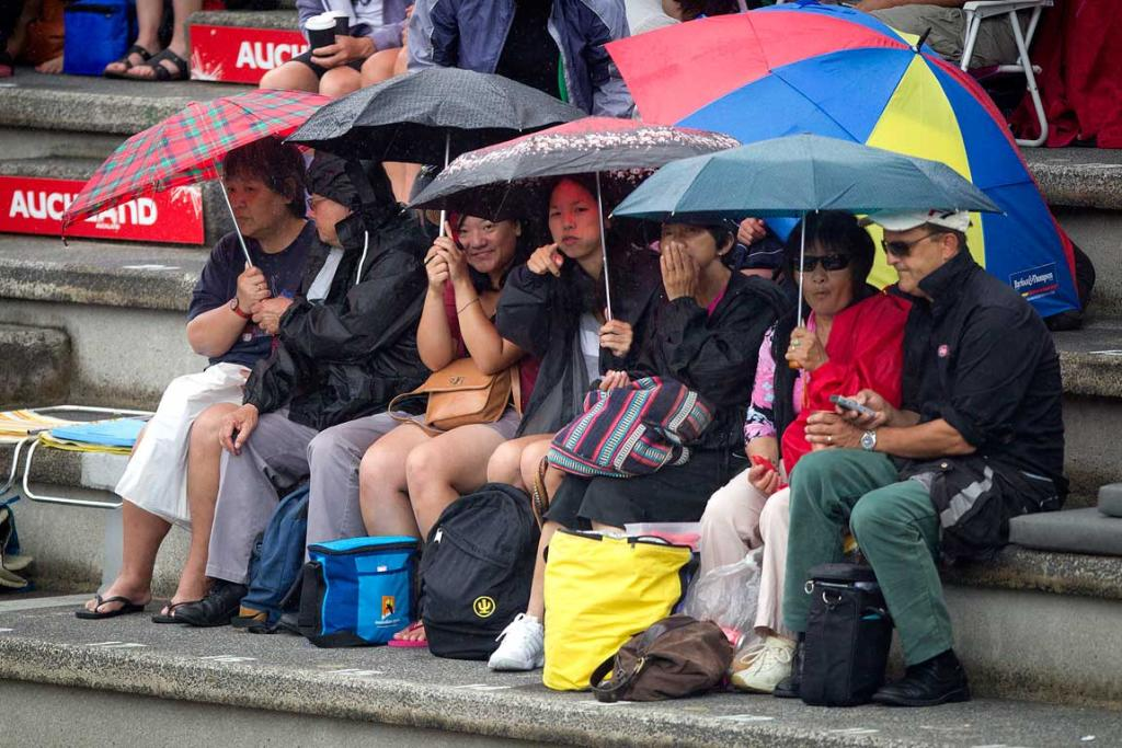 Fans wait as rain postpones the match between Sabine Lisicki and Mona Marthel.