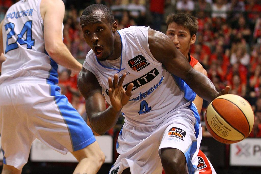 Cedric Jackson drives to the basket during the Breakers game against the Perth Wildcats.