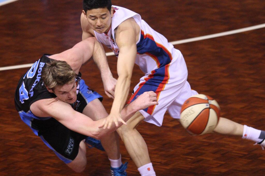 Breakers forward Dillon Boucher beats Adelaide guard Darren Ng to the loose ball.