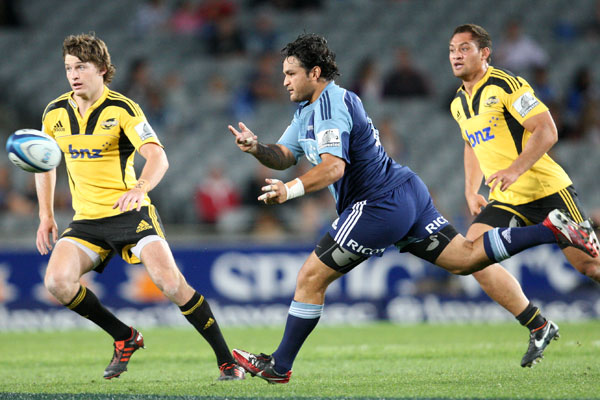 Blues first five eighth Piri Weepu gets a pass away.