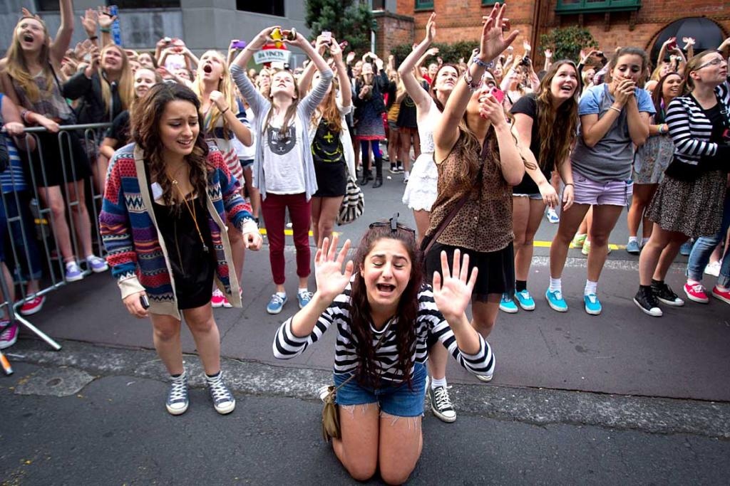 One direction meet n greet fans stuff anxiety one direction fans watch while two of the bands members jump from aucklands sky m4hsunfo