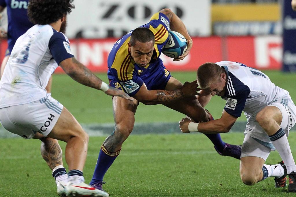 Highlanders player Hosea Gear about to be tackled by Blues players.