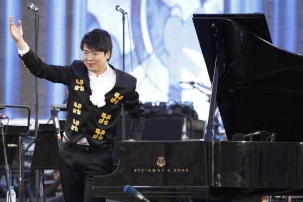 Chinese pianist Lang Lang acknowledges applause from the crowd during the Diamond Jubilee concert in front of Buckingham Palace in London.