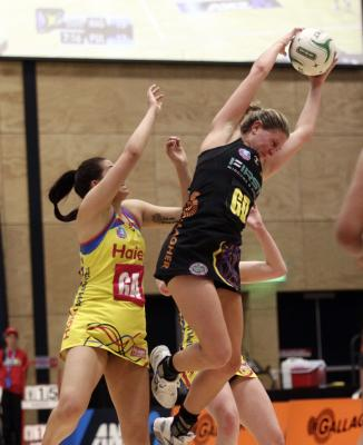 The Waikato-Bay of Plenty Magic have kept their trans-Tasman netball league playoff hopes alive with a brilliant comeback win over the Central Pulse in Mt Maunganui.