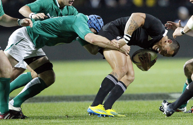 Liam Messam is tackled by Kevin McLaughlin.