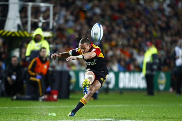 Aaron Cruden takes the kick in the second half.