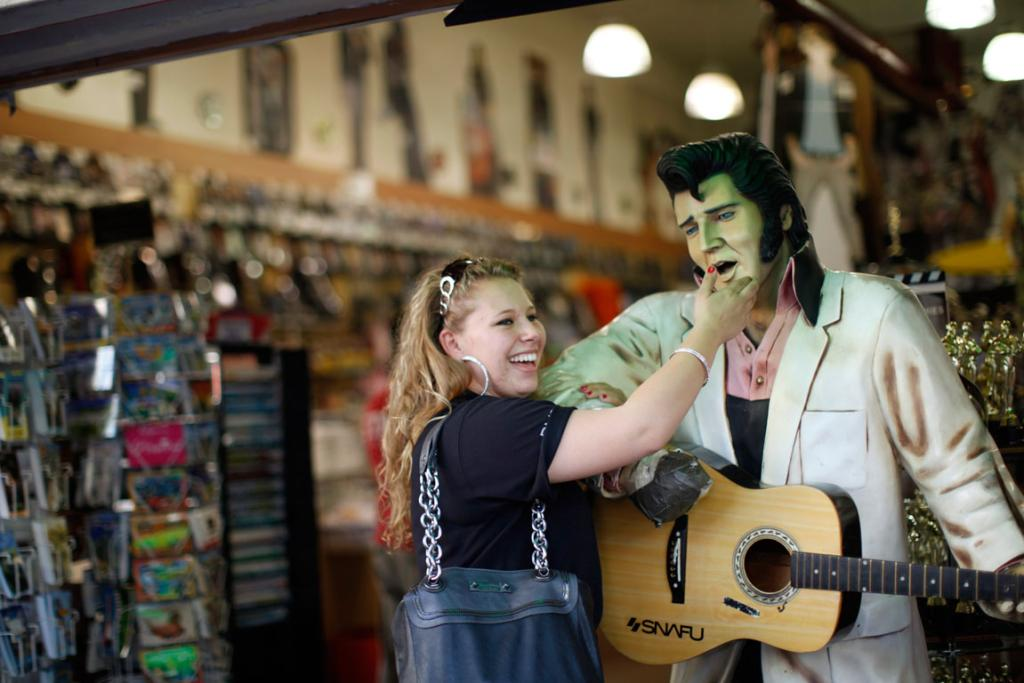 Thousands mark Elvis's death
