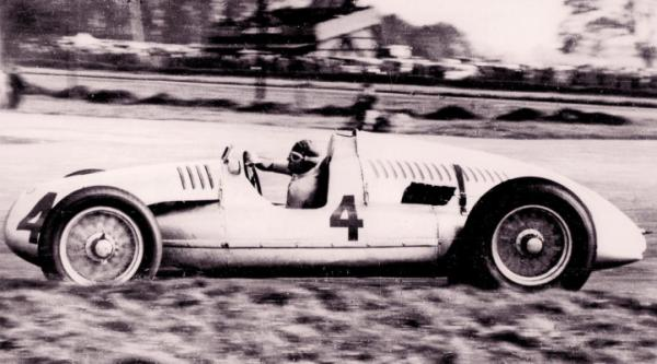 Auto Union Type D: Tazio Nuvolari at the wheel in the Grand Prix at Donington Park, 1938.