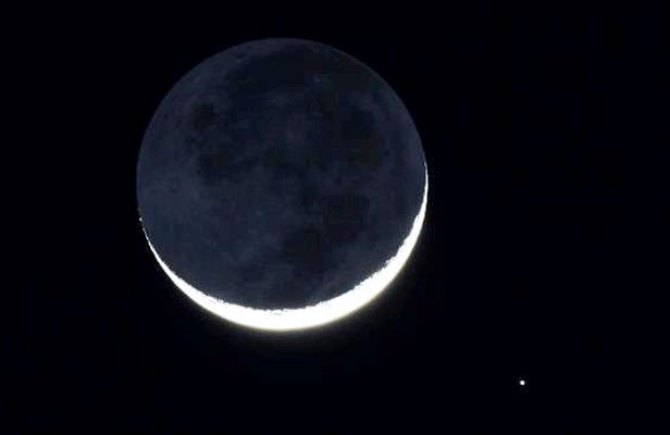 """LOOK AT THAT MOON, MAN: Spica, to the bottom right of the moon, passes closeby the moon in a """"conjunction""""."""