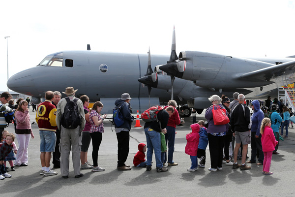 Queues of Cantabrians eager to get inside the US Airforce's C-17 Globemaster.