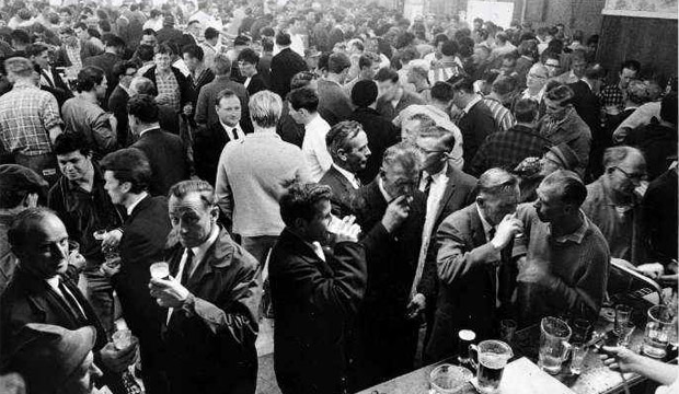 Porirua Tavern, packed with customers, on the last day of the 6pm swill in October 1967.