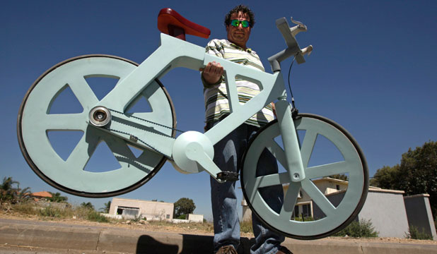 ALL WEATHER: Izhar Gafni's cardboard bike is cheap, durable and rides like a traditional metal-framed one.