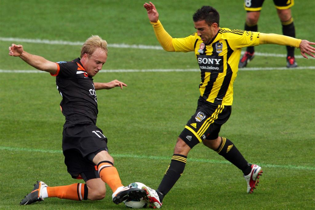 Mitch Nichols (left) and Manny Muscat compete for the ball.