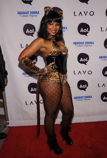 CAT LADY: Ashanti shows how it's done.